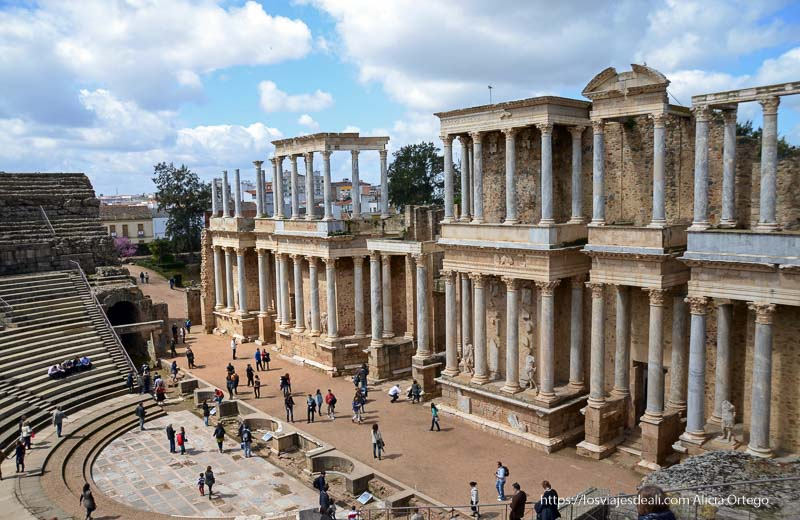 vista del anfiteatro romano de mérida con fachada de columnas en el escenario