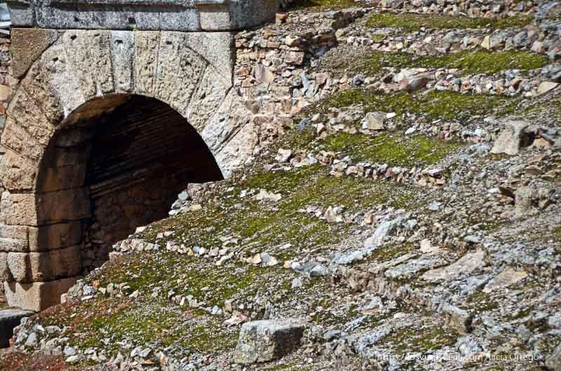 gradas y arco de salida del teatro romano de mérida