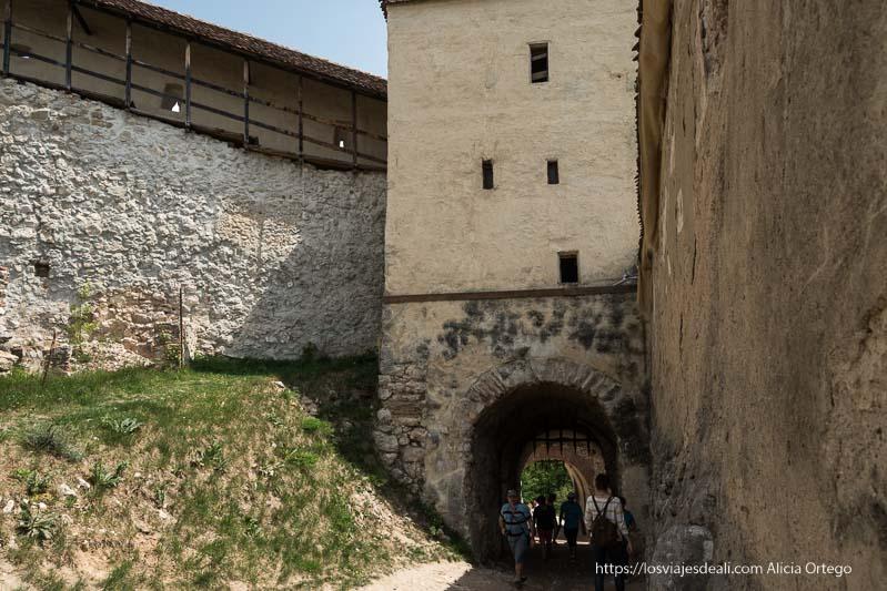 paso con puerta medieval con rejas de hierro excursión a bran y rasnov