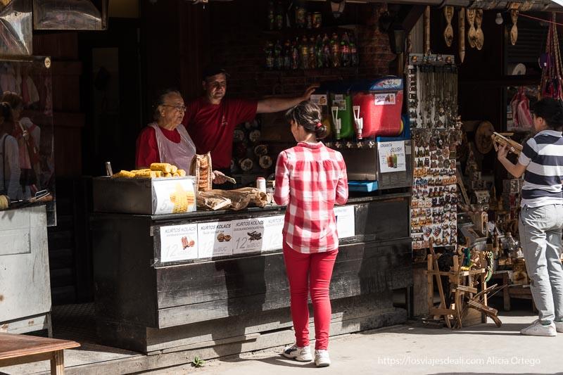 puesto de comida y souvenirs junto al castillo en excursión a bran y rasnov