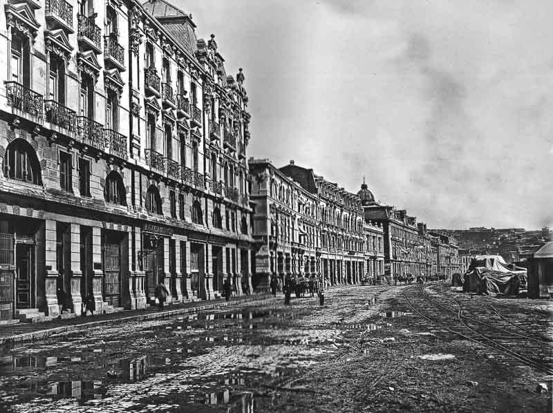 foto antigua de una calle de valpo con edificios señoriales