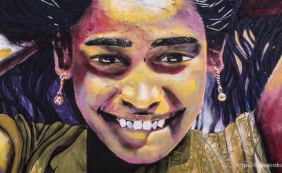 mural de niña sonriente mirando al frente Viña del mar y valparaíso