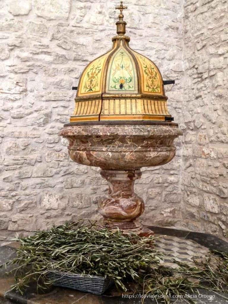 pila bautismal con cubierta de madera pintada en érice