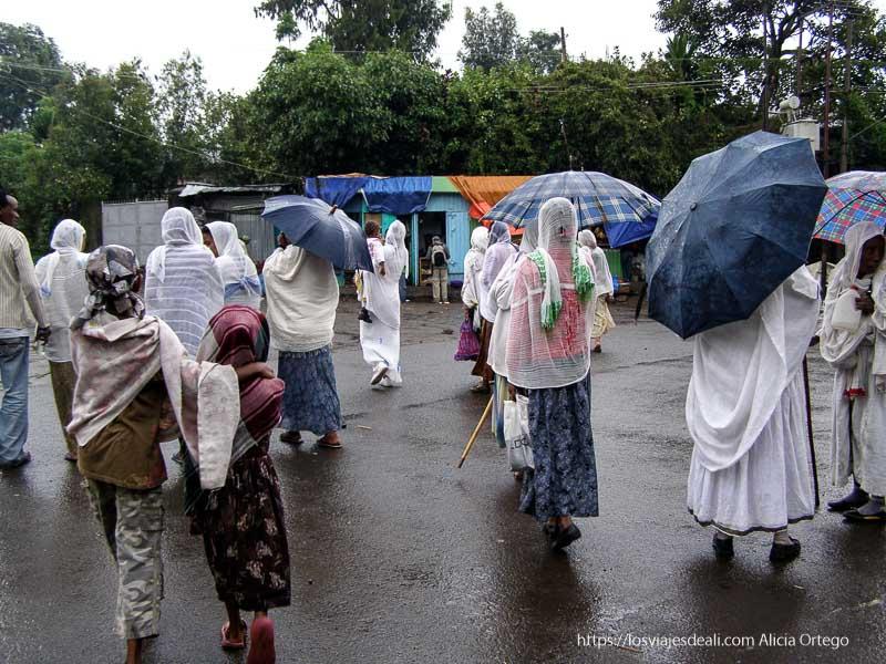 mujeres de gondar cubiertas con sus shamas y paraguas