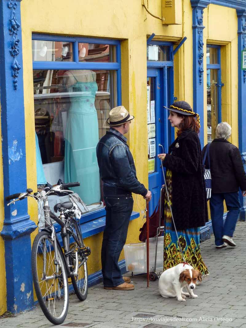 señora con sombrero y perro hablando con señor con sombrero de paja en kilkenny