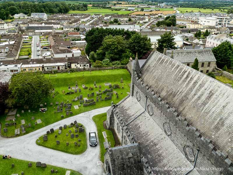 vistas de kilkenny con iglesia y cementerio abajo 3 semanas en Irlanda