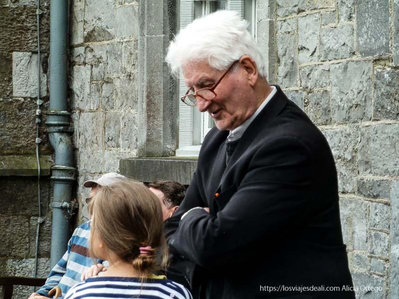 párroco hablando con una niña en kilkenny