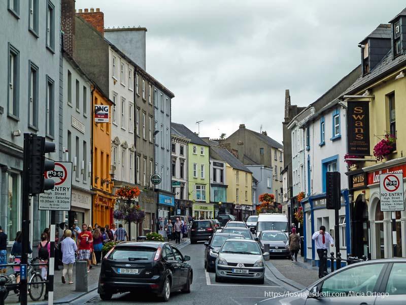 calle de kilkenny con mucho tráfico y casas de colores