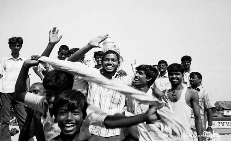 chicos celebrando fiesta de ganesh tamil nadu