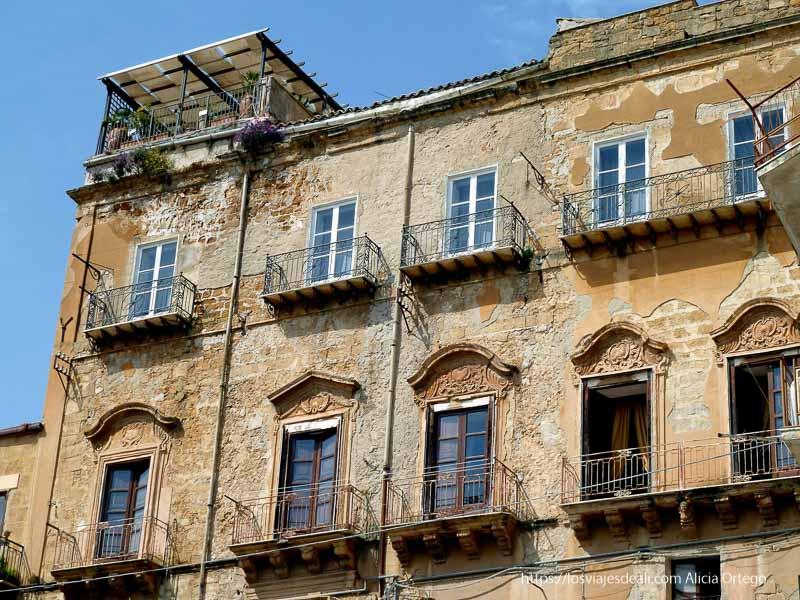 ventanas de casas antiguas de agrigento