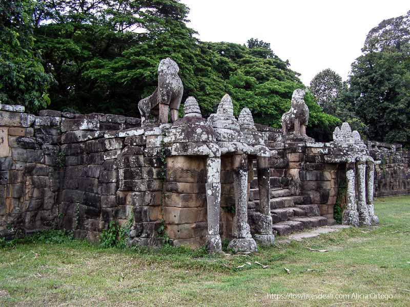 elefantes de piedra junto a escaleras Angkor