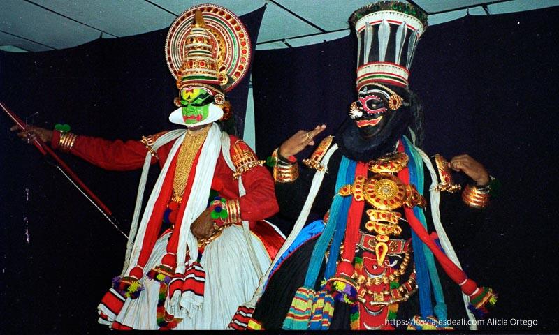 espectáculo con dos bailarines de katakali pintados y con ropas de colores en kerala