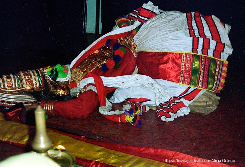 un bailarín de katakali representa muerte de un dios en kerala