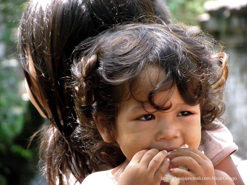 niña de un año con su hermana mayor en beng mealea