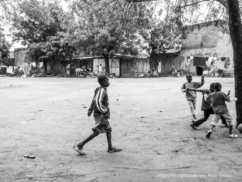 niños jugando al fútbol en bobo dioulasso