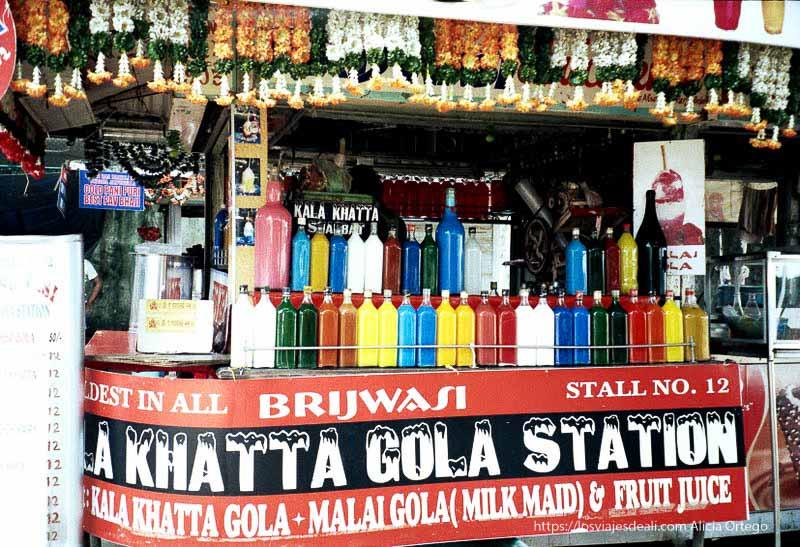 puesto de bebidas multicolores en playa de bombay