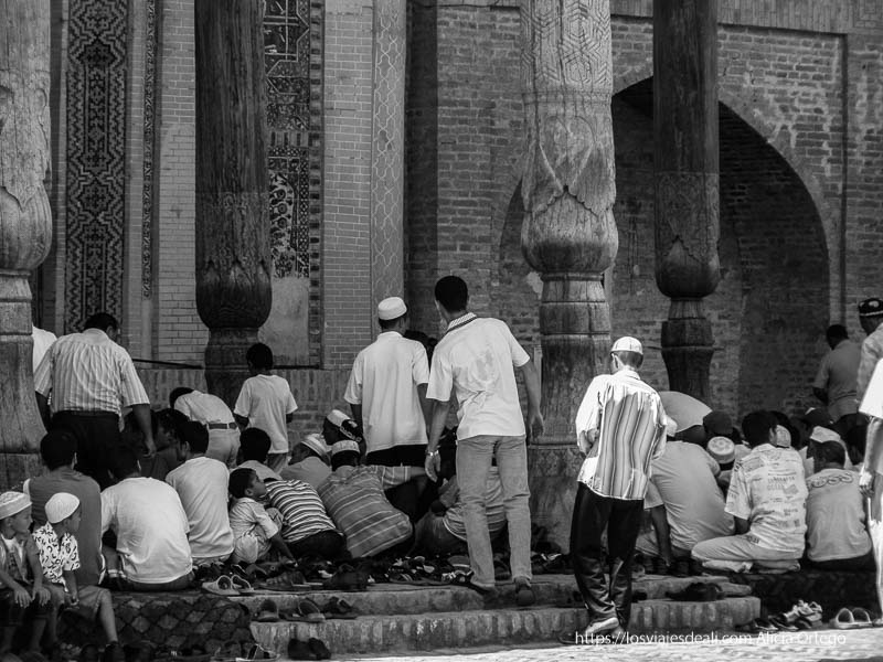 hombres sentándose en la mezquita para rezar en bukhara