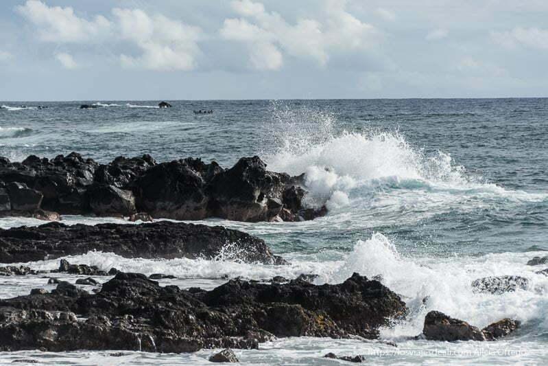 costa de rocas volcánicas con olas rompiendo contra ellas cómo es viajar a Isla de Pascua