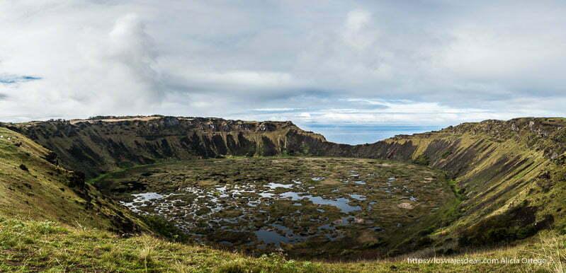 cráter rano kau con agua y vegetación en el interior cómo es viajar a Isla de Pascua