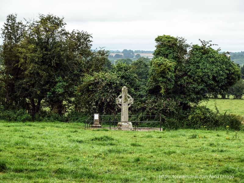 cruz celta en un prado castillos en irlanda