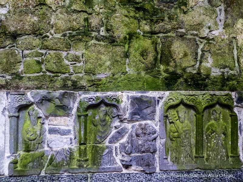 relieves mostrando monjes medievales castillos en irlanda