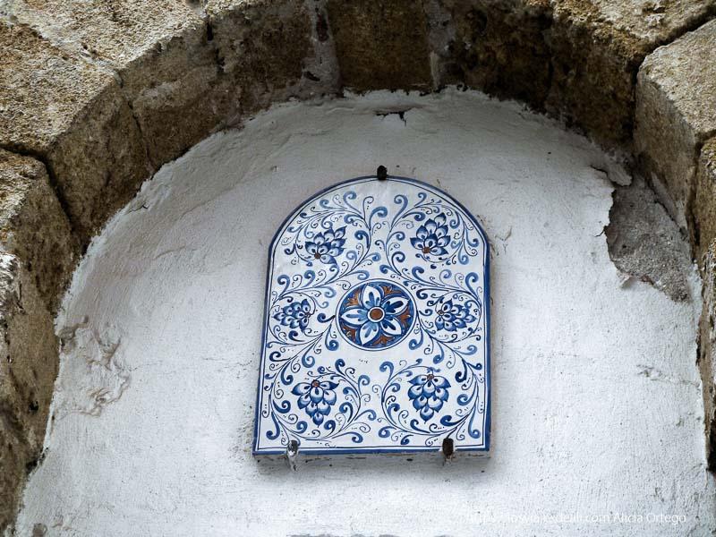cerámica con flores en tonos azules en calle de cefalú