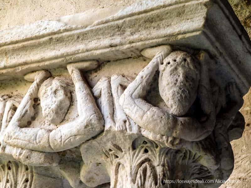 capitel románico en claustro de catedral de cefalú