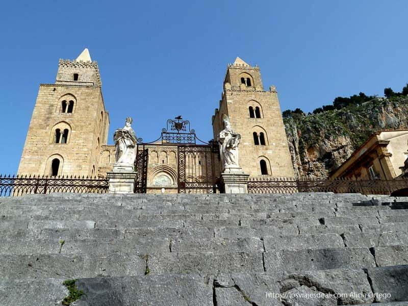 catedral de cefalú desde las escaleras