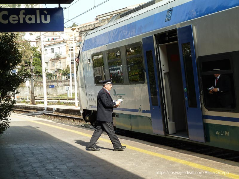 estación de tren con jefe de estación cefalú
