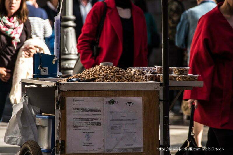 puesto de almendras fritas centro de málaga