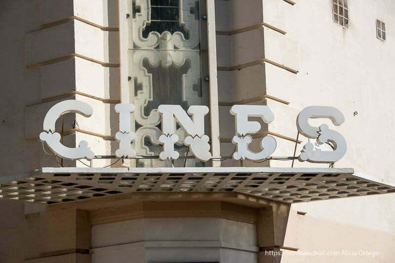 cartel de cines antiguos en el centro de málaga