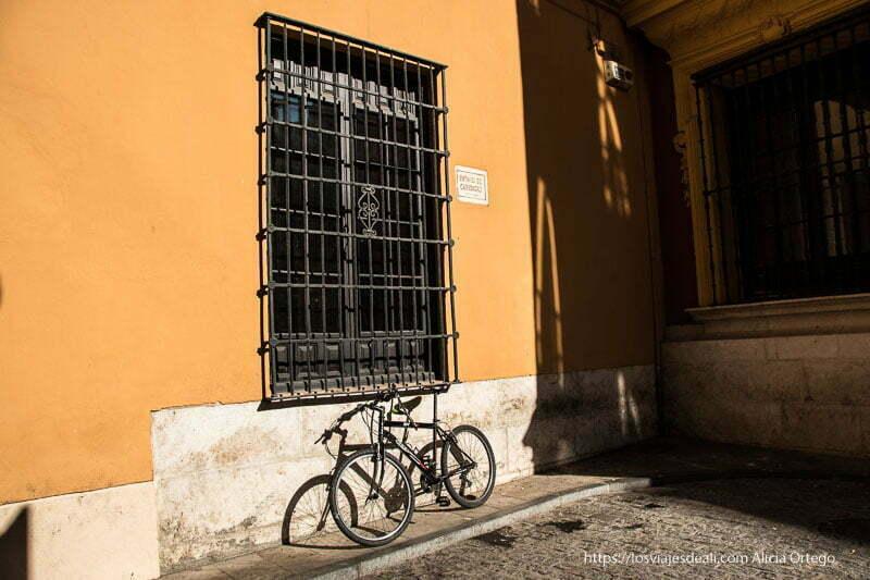 bicicleta apoyada en ventana con rejas centro de málaga