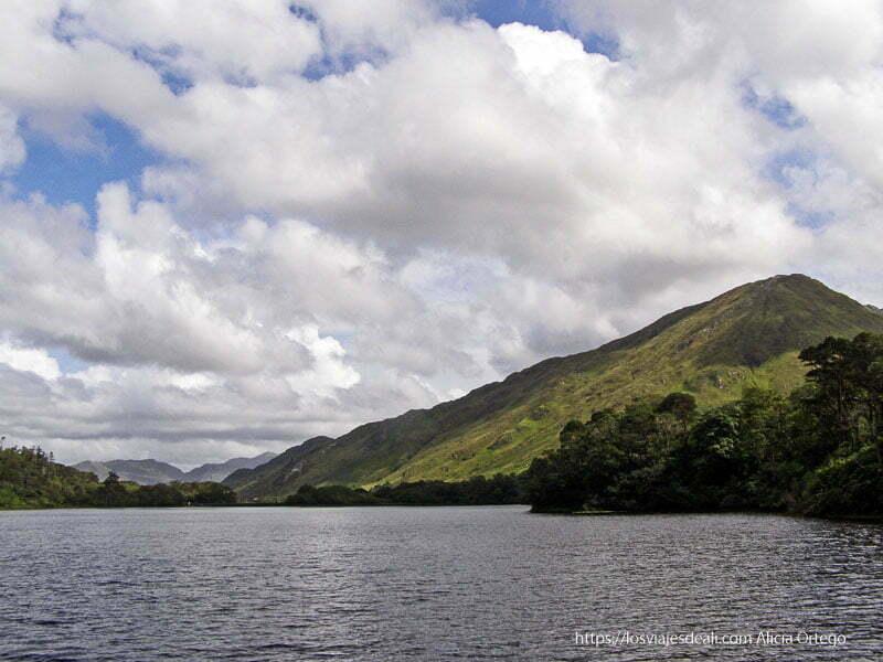 lago y montañas bajo las nubes connemara