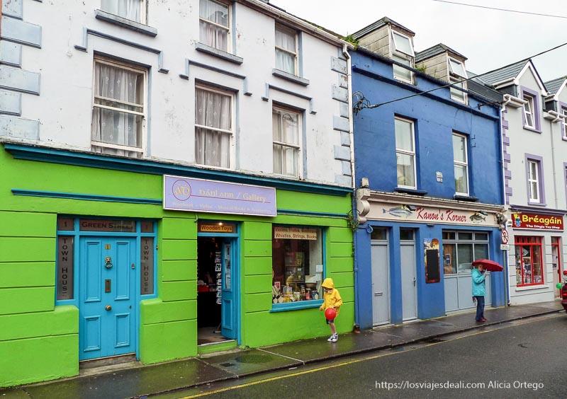 calle del pueblo de dingle con casas de colores