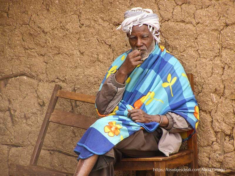 anciano con turbante en la cabeza y una manta de colores en los hombros el sod