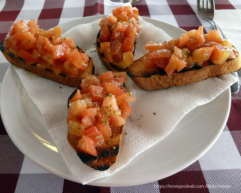 tostadas de pan con tomate, aceite, ajo y perejil gastronomía siciliana