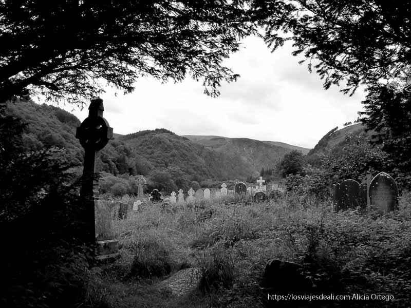 cementerio de glendalough mirando a las montañas