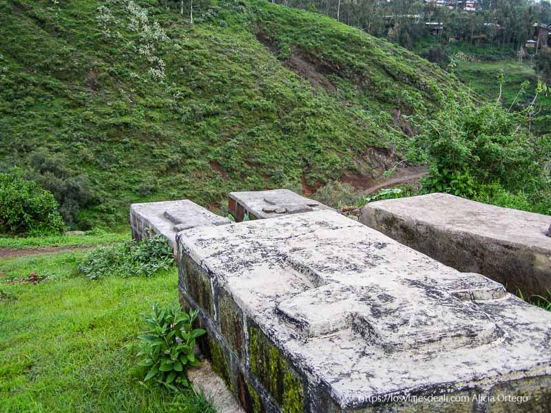 tumbas mirando a montañas verdes junto a las iglesias de lalibela