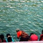 mujeres en la orilla del lago con sus saris de colores tamil nadu