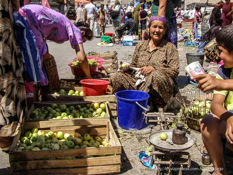 puesto de manzanas en mercado de khiva