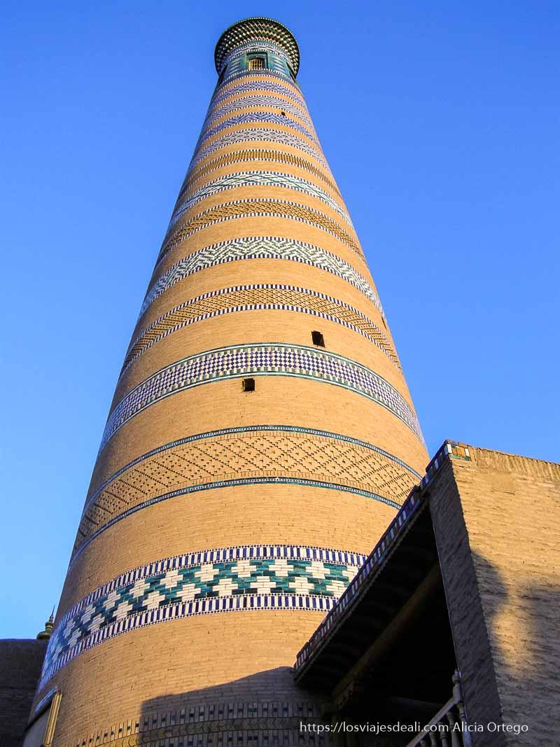 torre de ladrillos y azulejos khiva