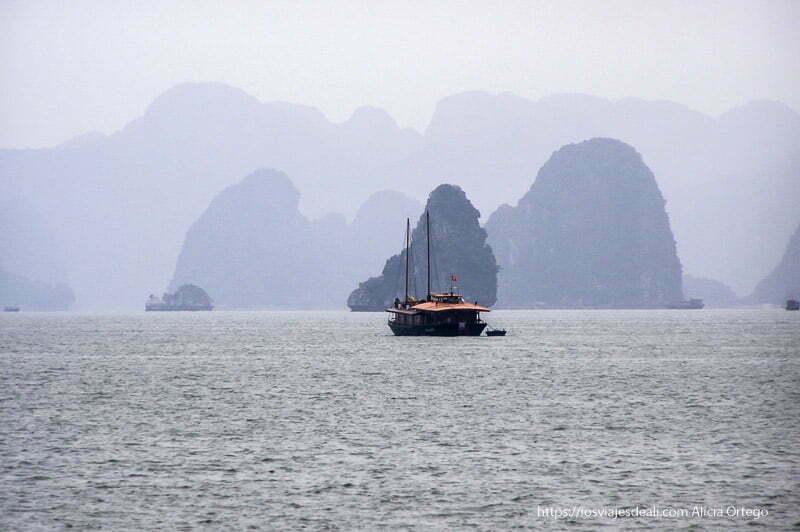 la bahía de ha long con barco
