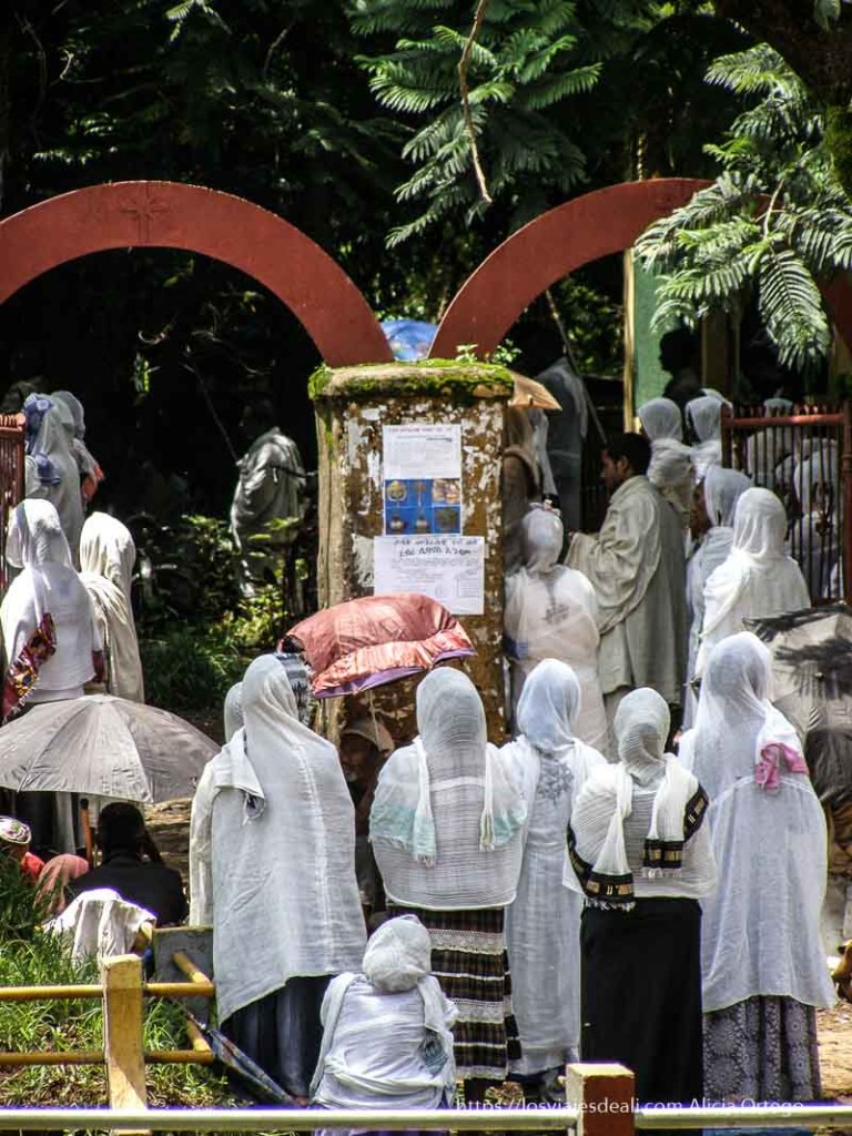 mujeres entrando a iglesia con chamas blancas cubriendo su cabeza en lago tana