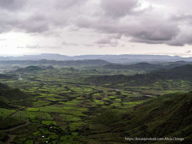 paisaje muy verde y montañoso desde el pueblo de lalibela