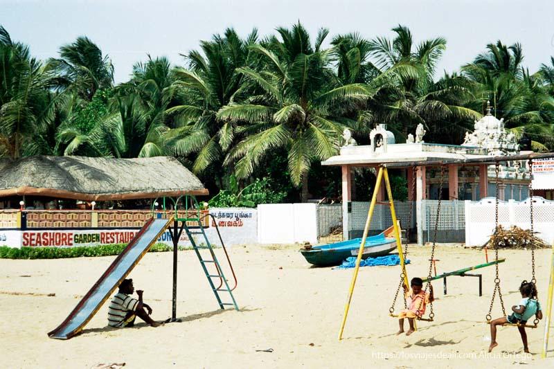 playa de mamallapuram con columpio y niños tamil nadu
