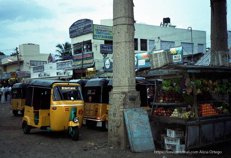 columnas de piedra antiguas entre rickshaws amarillos tamil nadu