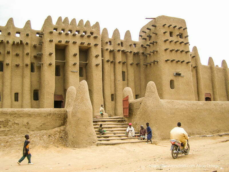 fachada de la mezquita de adobe djenne en su dia de mercado