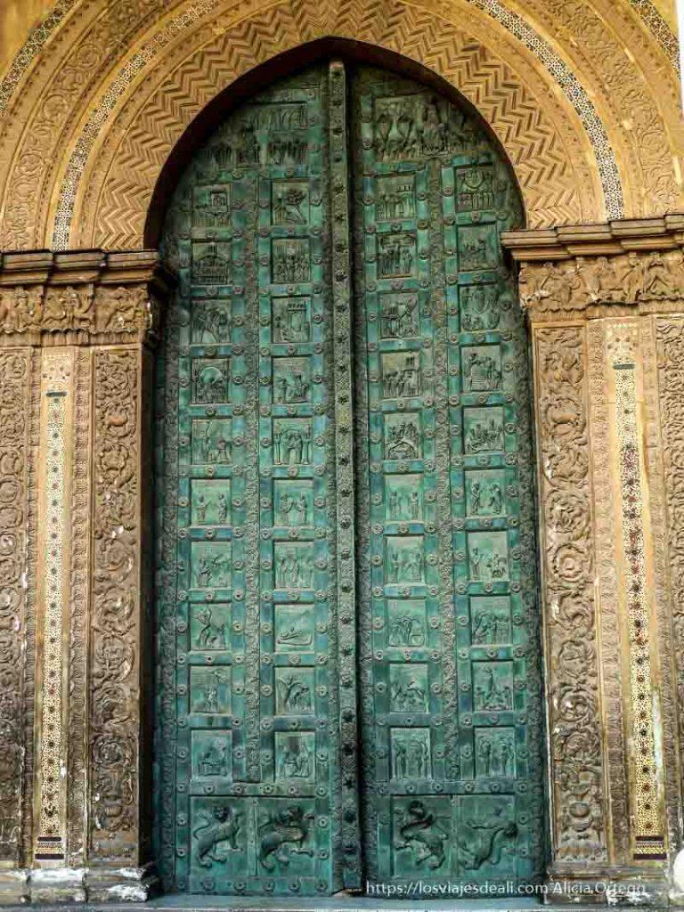 puerta de bronce llena de grabados de monreale