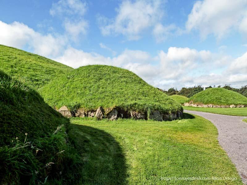 túmulos cubiertos de hierba en newgrange