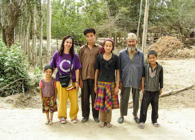 posando con la familia del oasis de yarkand